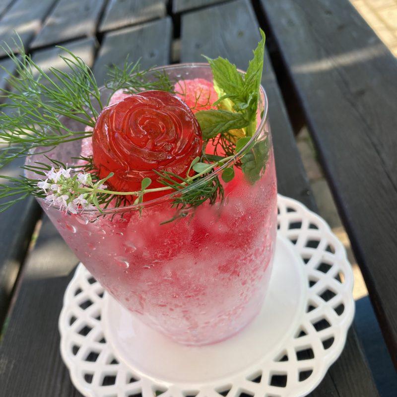 バラとカシスのシロップをたっぷりかけた【ローズガーデンかき氷】